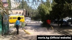 Нарушители на уборке улиц Бишкека. Фото мэрии города.