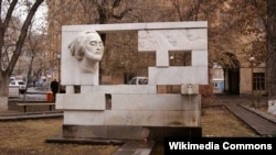 Yerevanda Sayat Novanın abidəsi