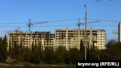 Строящиеся в районе зеленых насаждений многоэтажные дома