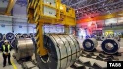 Pamje nga një fabrikë ruse e pllakave të çelikut