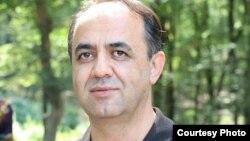 حسین شیخآقایی، مدیرمسئول وبسایت خبری – تحلیلی روانگه روز ۱۵ مهر در مهاباد بازداشت شد