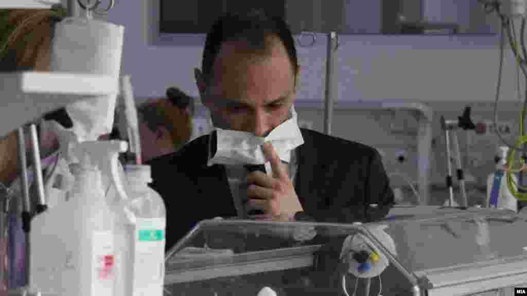 МАКЕДОНИЈА - Министерот за здравство Венко Филипче информираше дека поради пoстоење одредени неправилности во документацијата на што укажала првичната евалуација, Министерството одлучило тендерската постапка за набавка на тестови и реагенси за биохемиски, имунолошки, хематолошки и гасни анализи да ја прекине.