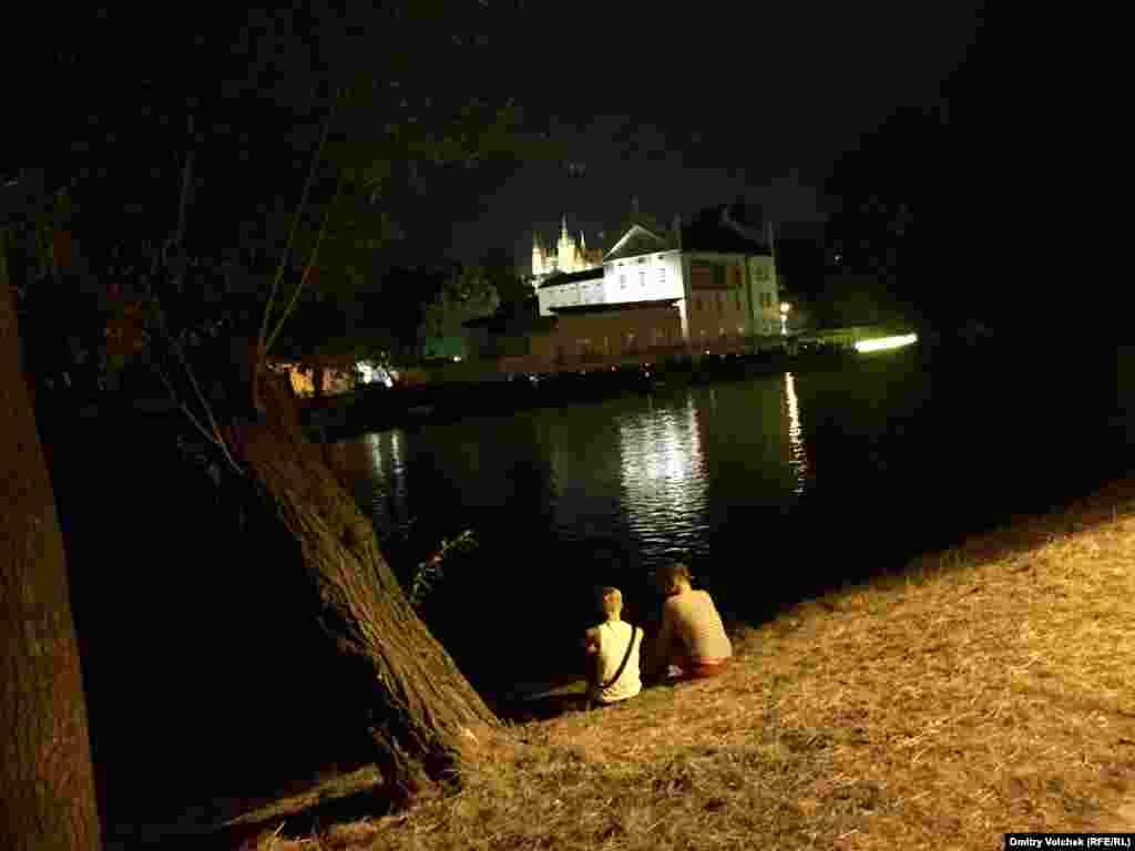 Целый остров на реке Влтаве отведен на неделю для участников прайда. Здесь проходят дискуссии и концерты, а на берегу по вечерам сидят влюбленные пары