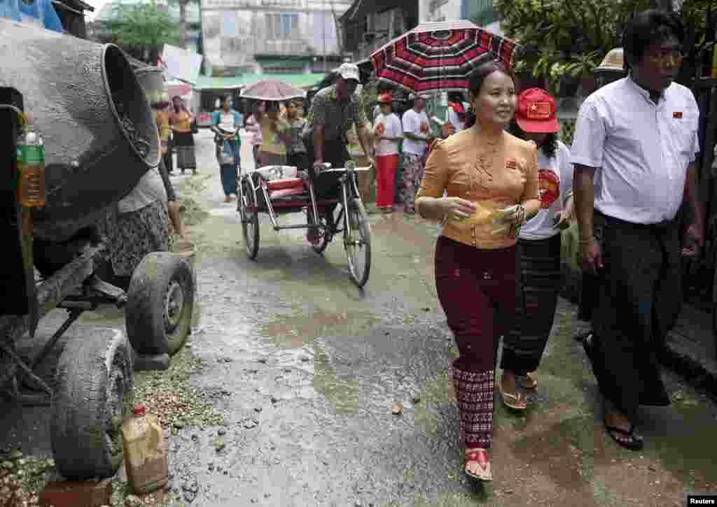 Ще один кандидат від Демократичної Ліги – Кхін М'я Хтай. Аби бути ближчим до людей, вона сама ходить вулицями Янгона, столиці країни, і роздає листівки