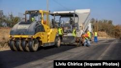 Un kilometru de asfalt costă în 2021 semnificativ mai mult decât în 2020. Din acest motiv, constructorii cer soluții legislative pentru modificarea contractelor în derulare.