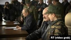Володимир Путін і Олександр Лукашенко з сином на військових навчаннях «Захід-2013»