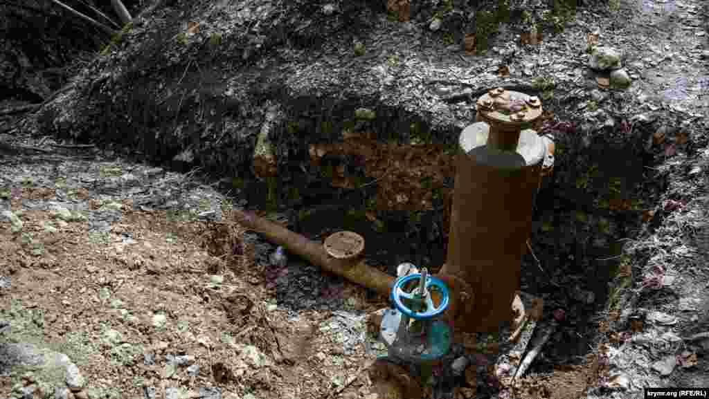 Засувка водозабору на річковому березі