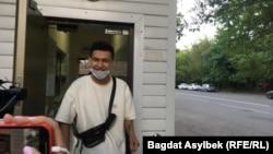 Администратор сатирического паблика Qaznews24 Темирлан Енсебек на выходе из здания полиции, где его допрашивали по делу о «распространении заведомо ложной информации». Алматы, 15 мая 2021 года.