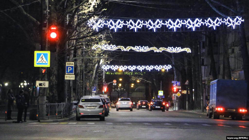 На головних вулицях Сімферополя комунальні служби повісили світлові новорічні інсталяції