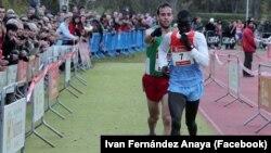 Az egyik legismertebb történet, ami 2012 decembere óta bejárta az internetet, az a kenyai futó Abel Mutai és a spanyol Ivan Fernández Anaya története. Mutai egy spanyol versenyen elsőként ért volna a célba, de a célvonal előtt lelassított, mert összezavarodott a jelzésektől. Fernández előbb kiabált neki, hogy menjen tovább, de amikor látta, hogy ezt nem érti a kenyai, akkor szószerint betolta őt a célba.