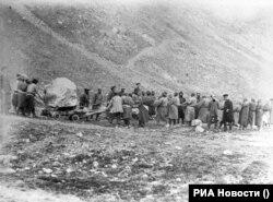 """""""Кемпир-Абад"""" (""""Кампыр-Рават"""") суу сактагычын түптөө учуру. 1902-жыл."""