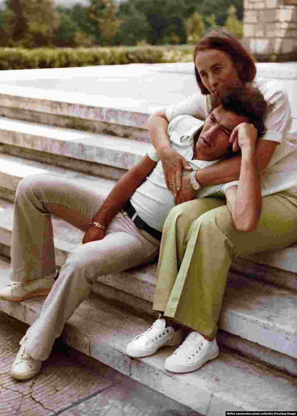 Elena Ceaușescu își alintă fiul cel mic, Nicu Ceaușescu. El era văzut ca moștenitorul dictatorului Ceaușescu