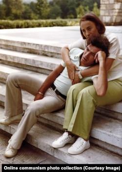 Елена обнимает сына Нику.