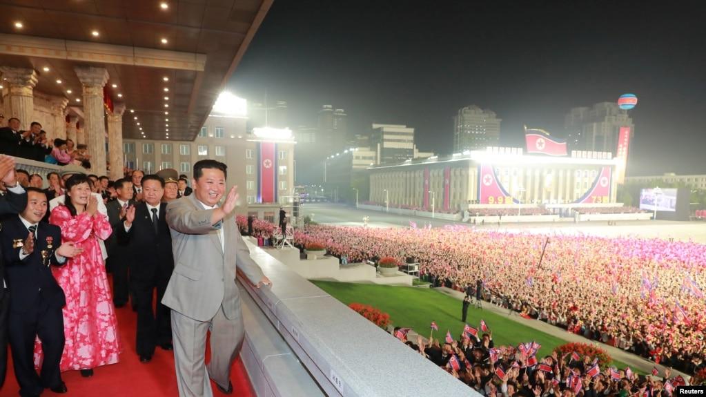 Ким Чен Ын на параде в Северной Корее