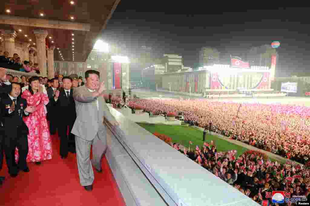 СЕВЕРНА КОРЕЈА - Северна Кореја одржа ноќна парада по повод 73 -годишнината од основањето на републиката, објави државната новинска агенција КЦНА. Лидерот Ким Џонг Ун присуствуваше на настанот на плоштадот Ким Ил Сунг во главниот град Пјонгјанг.