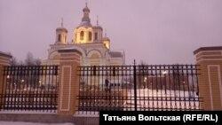 Храм Святой Троицы, подворье, вдали – дом 20