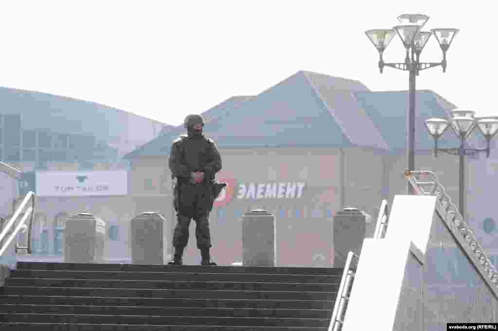 Сілавікі каля палаца незалежнасьці