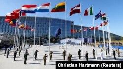 Флаги стран-членов НАТО перед штаб-квартирой альянса в Брюсселе