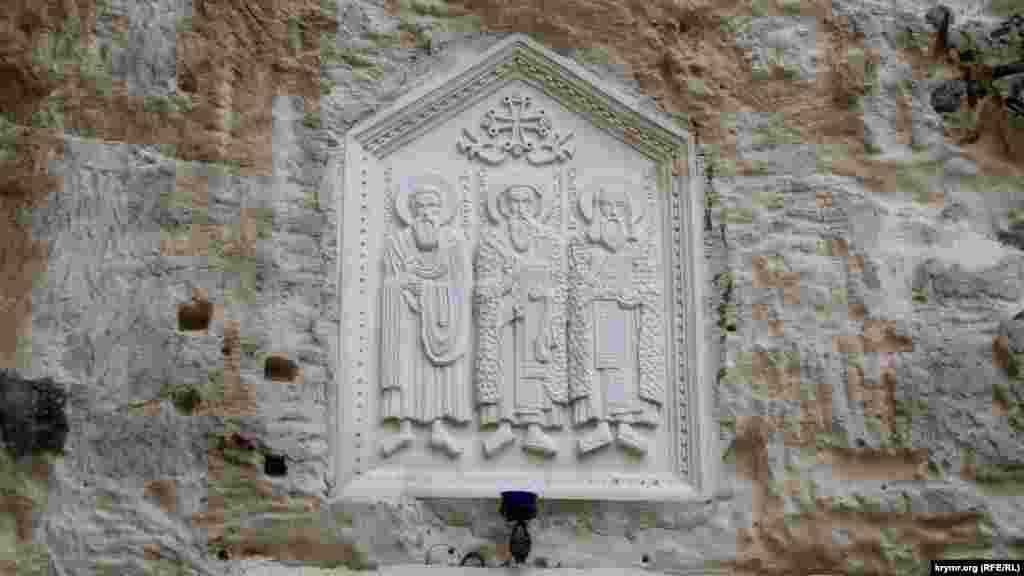 Зараз у монастирі знаходиться п'ять діючих храмів: два наземних – Святої Трійці і великомученика Пантелеймона Цілителя, три печерних – на честь Святого Апостола Андрія Первозванного, Святого Климента і святителя Мартіна Сповідника – вони зображені на барельєфі