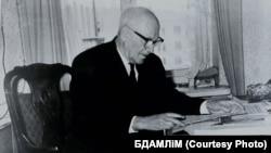 Янка Маўр за працоўным сталом. 1955