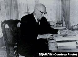 Янка Маўр за працоўным сталом. 1955 г. Фота: БДАМЛМ