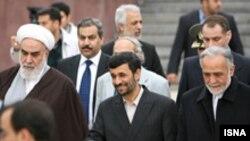 شرکت محمود احمدی نژاد در نشست شورای همکاری خليج فارس، با انتقاداتی در داخل ايران روبه رو شده است.