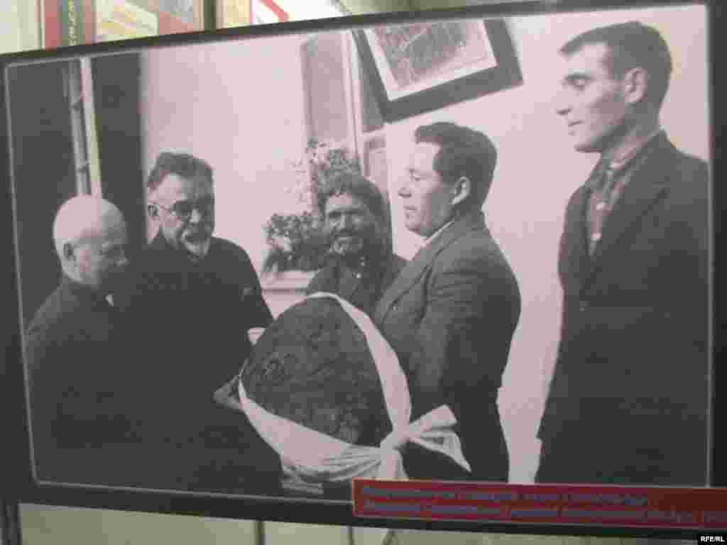 Запашний Солонянський каравай Станіславові Косіору. 1933 р. - Голодомор, голод, 1933