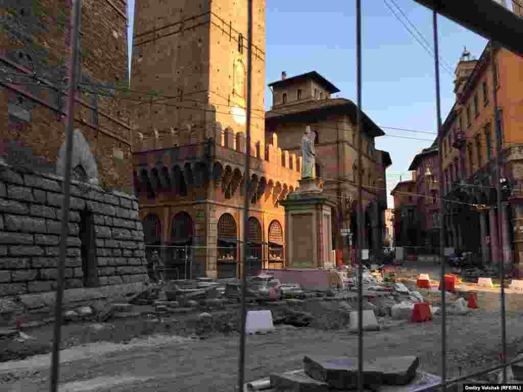 В центре Болоньи не первый год идет реконструкция улиц, так что добираться на Большую площадь приходится по вечной стройплощадке