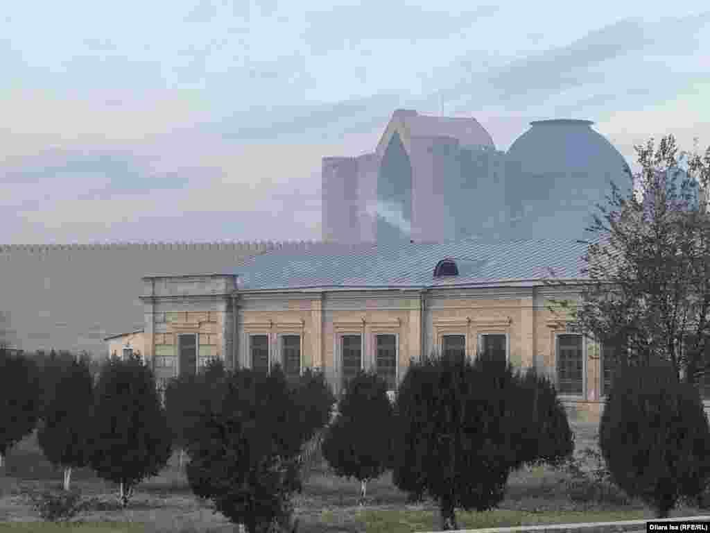 Ранним утром дым валит из труб не только частных домов, но и зданий, которые занимают государственные учреждения.