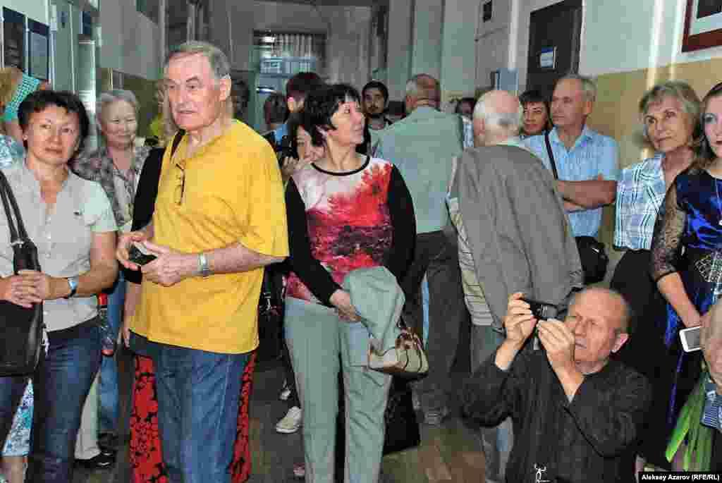 Поздравить Валерия Коренчука пришли многие знающие его фотографы, журналисты и просто знакомые.