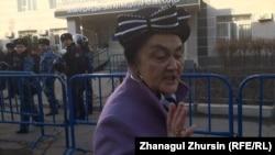 Мейирхан Избасар, мать Еркина Избасара. Актобе, 20 ноября 2017 года.