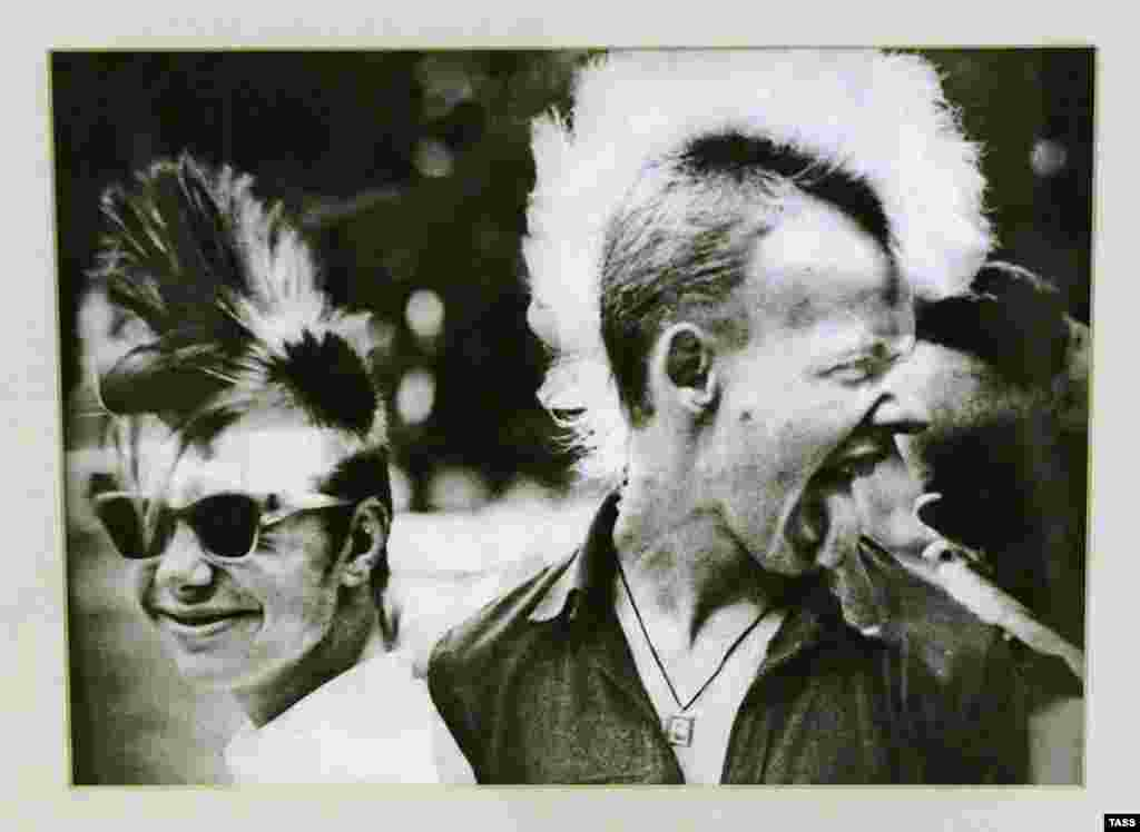 """""""Бастер и Укроп. До штурма нигерийского посольства осталось несколько минут"""" – так называется этафотография двух панков, сделанная Ярославом Маевым в 1980-х. Фотография была показана на выставке советского андеграунда """"Хулиганы 80-х""""."""