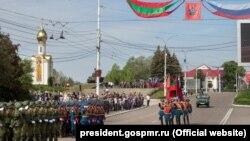Militari ruși, alături de cei transnistreni, la parada de 9 mai de la Tiraspol, 2017