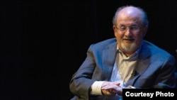 سلمان رشدی در سالن «لیزنر» دانشگاه جورج واشینگتن. دوشنبه ۱۷ مهر ۲۰۱۲.