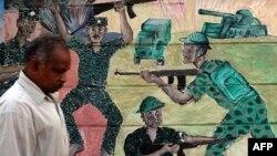 Shri Lanka - Një burrë kalon pranë një murali, ku portretizohet lufta ndërmjet të ushtrisë së Shri Lankës dhe Tigrave Tamil në Kolombo (Ilustrim)