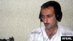 Jurnalist iddia edir ki, Əli Quliyev noyabrın 18-də onun evinə basqın edib, onu və ailə üzvlərini təhqir edib