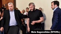 Серги Капанадзе (слева) с отцом убитого подростка Зазой Саралидзе в парламенте, 8 июня 2018 г.