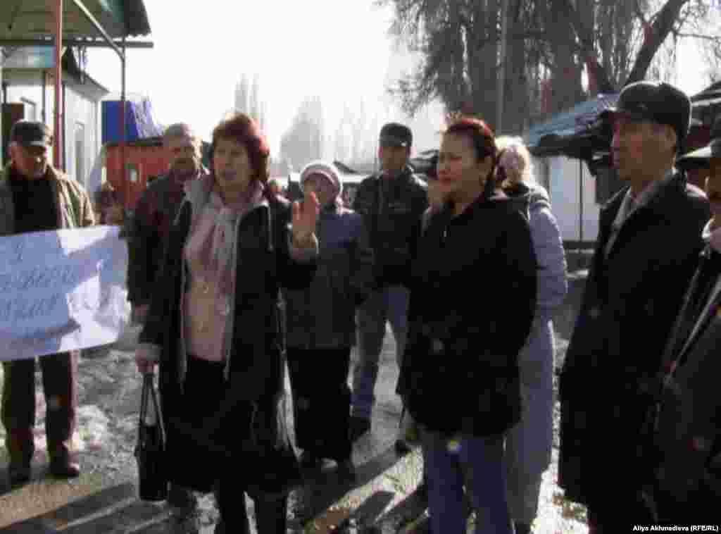 Жители двух поселков Ескельдинского района Алматинской области требуют убрать стихийные базары, мусорные свалки, отремонтировать дороги. На фото: Жители поселка Карабулак протестуют против стихийных рынков.