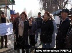 Жители поселка Карабулак протестуют против стихийных рынков.