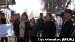 Қарабұлақ ауылының тұрғындары наразылық шарасы кезінде. Алматы облысы. 11наурыз, 2013 жыл.