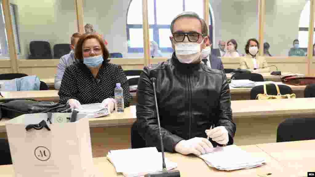СЕВЕРНА МАКЕДОНИЈА - Во скопскиот Кривичен суд денеска требаше да се одржи првото рочиште од предмет во кој поранешната специјална обвинителка Катица Јанева го тужи Бојан Јовановски - Боки 13 за нелегално снимање. Тужбата е поради фотографијата на која се гледа Јанева со пари, која наводно ја снимил Јовановски, а која беше прикажана во доказниот материјал за случајот Рекет во кој и двајцата се осудени. Судењето беше одложено поради влошена здравствена состојба на Јовановски.