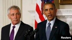 АҚШ президенті Барак Обама (сол жақта) қорғаныс министрі Чак Хэйгелдің отставкаға кететінін мәлімдеп тұр. Вашингтон, 24 қараша 2014 жыл.