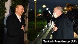 Președintele azer Ilham Aliyev îl întâmpină pe omologul său turc Recep Tayyip Erdogan, 9 decembrie 2020