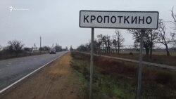 У Криму до будинку вбитої Даші Пилипенко продовжують приносити іграшки та квіти (відео)