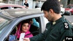 شاهدان عينى می گویند که گشت های ويژه در خيابان هاى تهران به بررسى وضعيت حجاب زنان و نسبت آنها با مردان همراهشان مى پردازند.