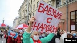 """""""Nagymamák a néppel"""" – ellenzéki támogatók, főleg nyugdíjasok vonulnak fel Minszkben elutasítva az elnökválasztás eredményét, 2020. október 12-én."""