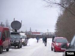 Журналисты ожидают освобождения Михаила Ходорковского возле колонии