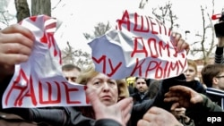 Пророссийские активисты нападают на женскую акцию у штаба ВМС Украины в Симферополе, 5 марта 2014 года