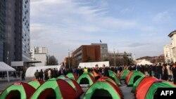 Tendat që ka ngritur opozita në Prishtinë.