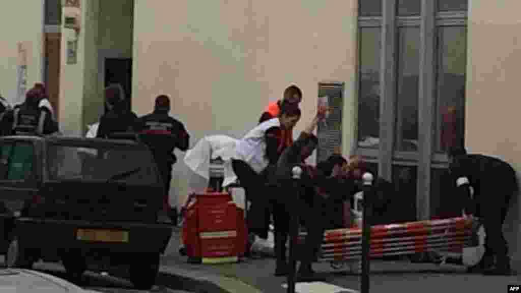 Һөҗүм булган урынга коткаручылар һәм полиция хезмәткәрләре килде